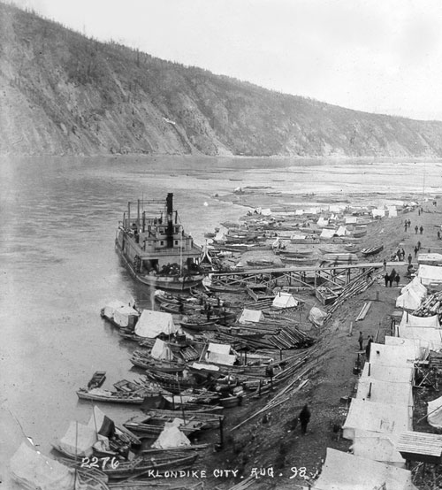 Sternwheeler at Klondike City, August 1898. Shallow waters by the Yukon's riverbank prevented that Klondike City from becoming a successful shipping centre.