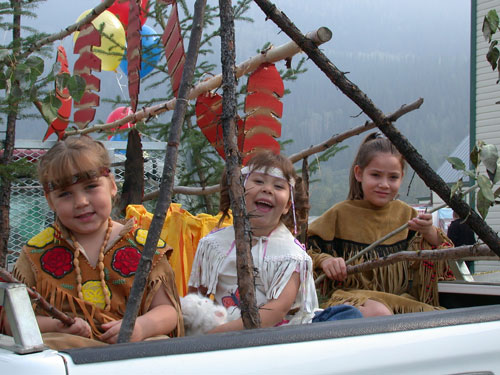 Young citizens in the Tr'ondëk Hwëch'in float during the Discovery Day Parade, August 2004.