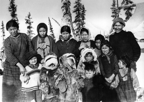 There are many ties between the Hän of the Yukon River valley and the Gwich'in to the north. Many Gwich'in people ended up settling in Moosehide. Peel River people, 1926.